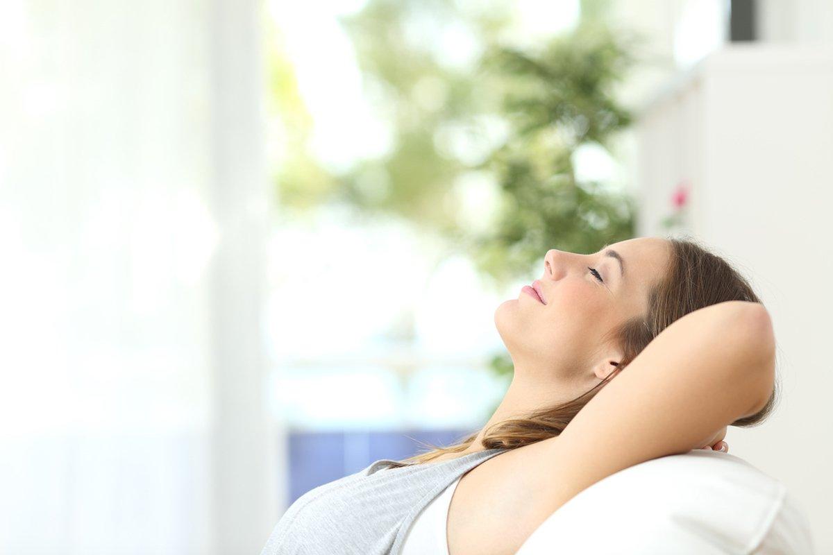 purificatore-aria-donna-respira-aria-pulita-casa