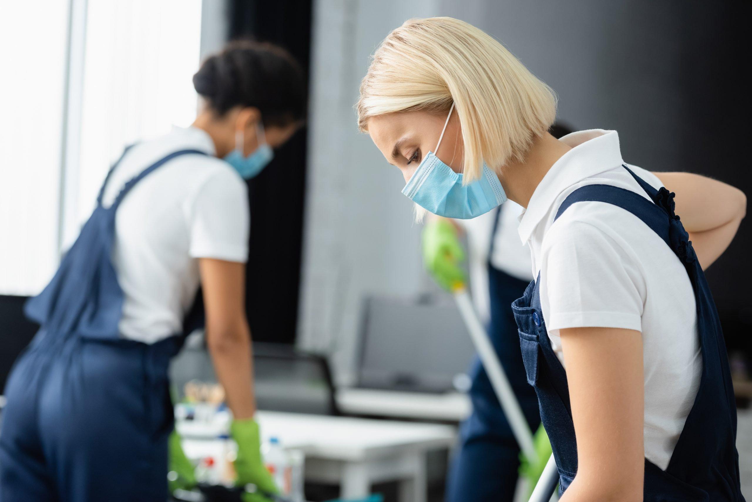 sanificare-ambiente-tuta-operaio